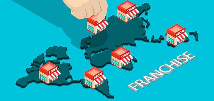 """Ilustración de mapa del mundo con varias tiendas sobre él y una mano colocando otra de las mismas. Abajo una leyenda que dice """"Franchise"""""""