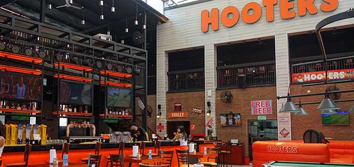 vista-interior-establecimiento-hooters