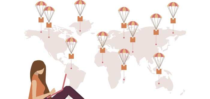 ilustración con chica sentada navegando en laptop y mapamundi de fondo lleno de cajitas cayendo en paracaídas
