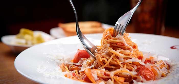 plato de pasta puesto sobre una mesa