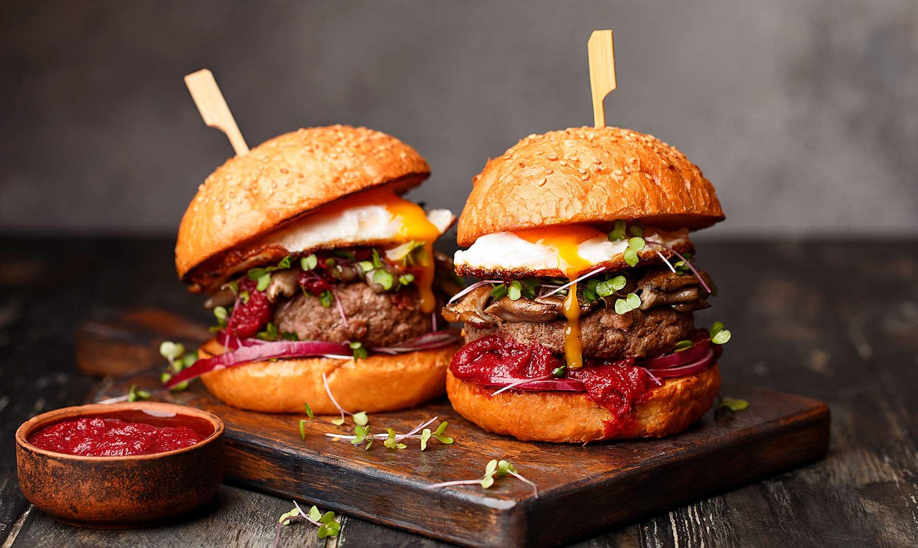 Dos hamburguesas sobre una tabla