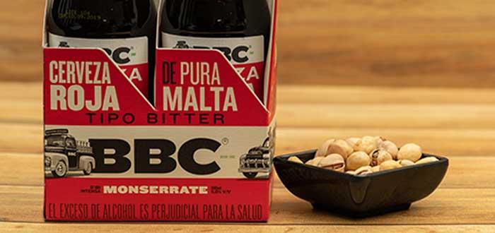 cervezas de BBC sobre una mesa junto a recipiente con maní