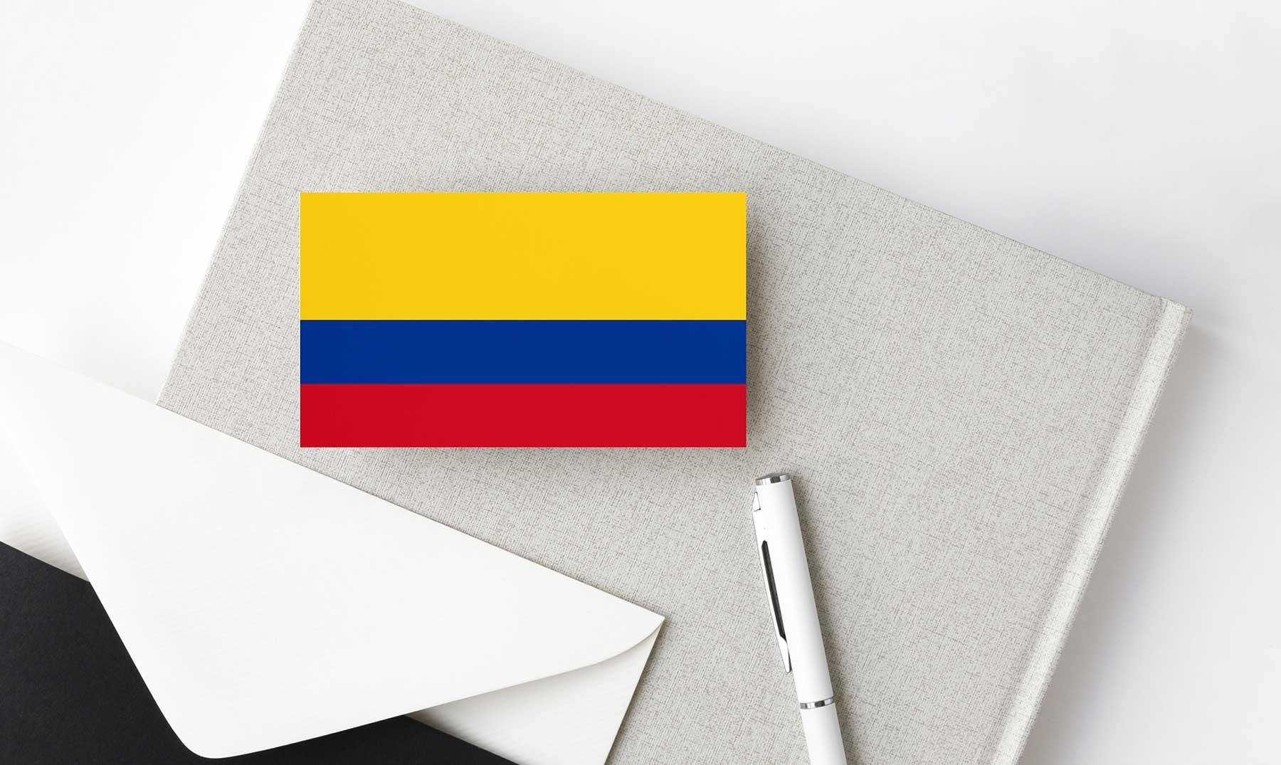 bandera de colombia sobre agenda con lapicero