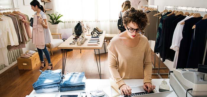 mujer-dueña-gestionando-tienda-de-ropa-barrio