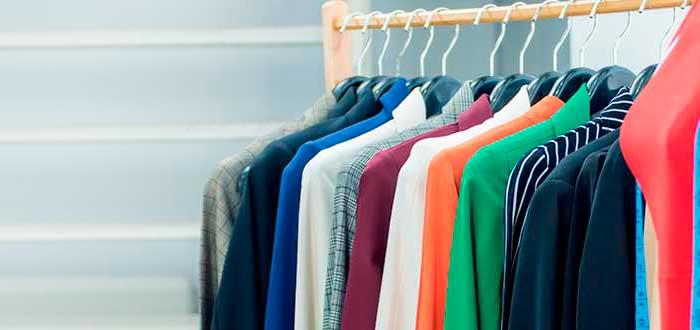 sacos exhibidos en negocio de ropa