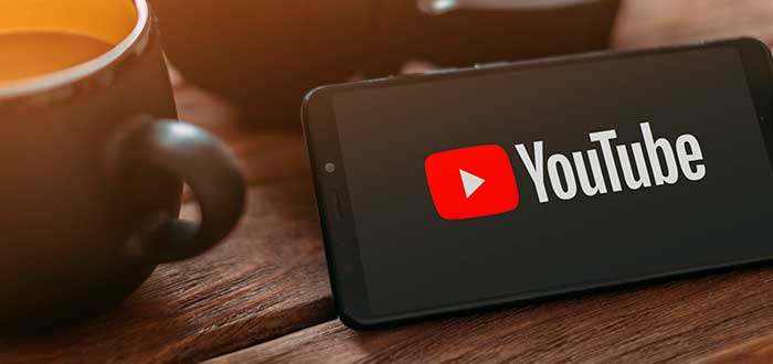 teléfono sobre una mesa con el logo de Youtube en la pantalla