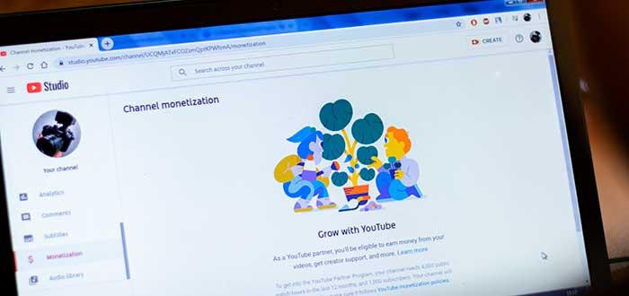 foto de la pantalla de un ordenador con la página de Youtube studio abierta para aprender como ganar dinero en Youtube