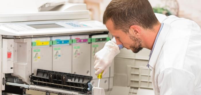 hombre-hace-mantenimiento-a-impresora