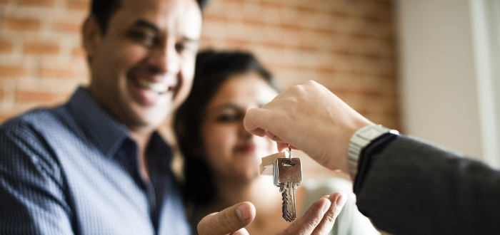 familia-feliz-compra-casa