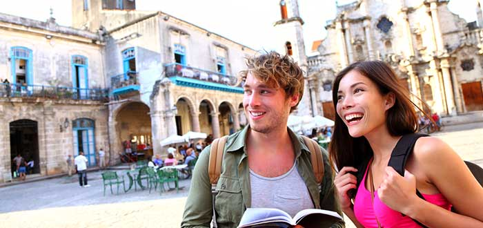 ´jovenes-turistas-en-habana