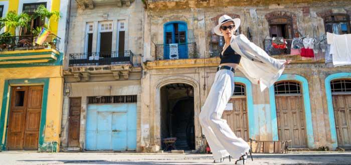 mujer bailando en las calles de Cuba