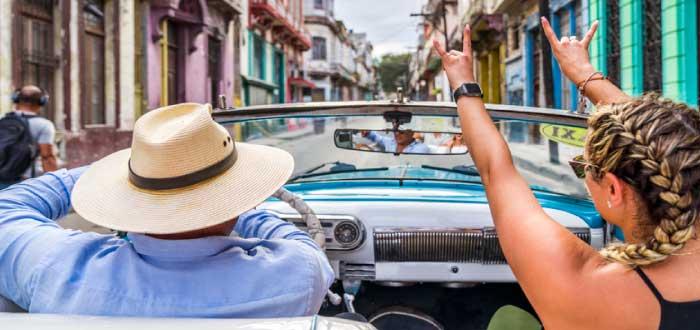 paseo en auto clásico uno de los negocios en Cuba
